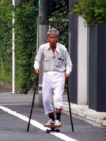 Sobat Pulks, kakek tua ini kok masih nekat ya main skate board, apa tidak takut jauh bisa kesleo kan.