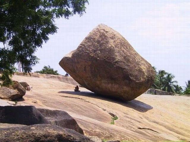 Sobat Pulsk, orang ini kok berteduh di bawah batu besar, apa tidak takut terlindas batunya ya.