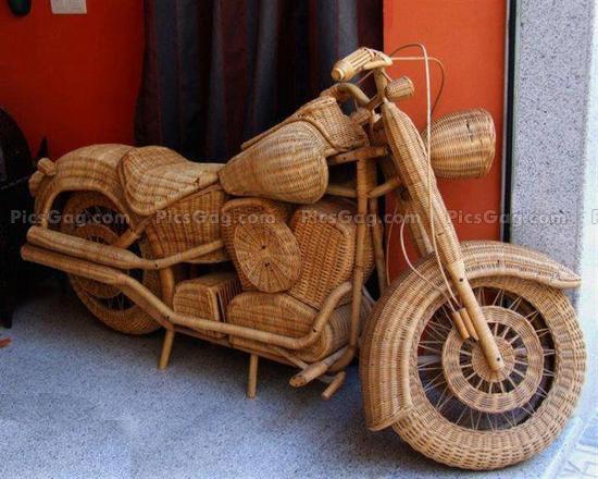 Sobat Pulsk, keren ya sepeda motor harley davidson dari kayu rotan ini.