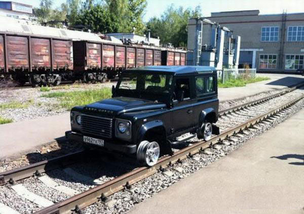 Sobat Pulsk, keren ya mobil jeep ini bisa dipakai jalan di jalur kereta api.