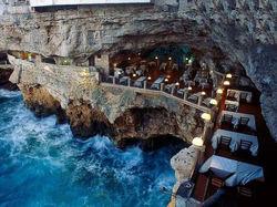 Sobat Pulsk, keren ya restaurant yang berada di tepi tebing di laut Grotta Itali ini. Kalau kita makan di sini pasti lebih asyik ya.