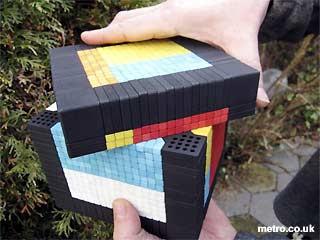 Rubik berukuran 17 x 17 x 17 sentimeter itu memiliki 7 warna berbeda di setiap sisinya. Itulah yang membuat rubik tersebut sangat sulit untuk diselesaikan