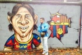 Karikatur Graffiti Bintang Catalan dan Argentina (Lionel Messi) Di gambar di Sebuah Tembok Jalan di Spanyol