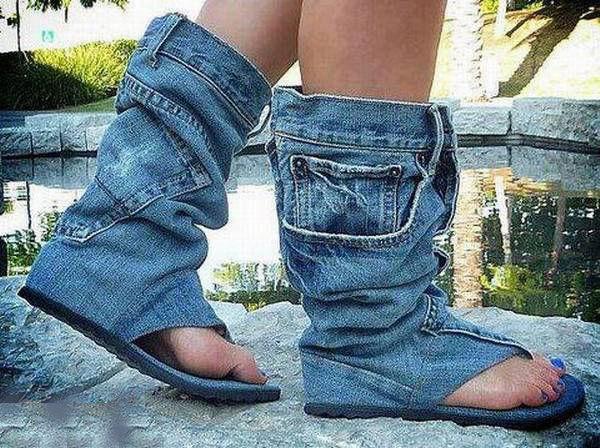 Sobat Pulsk, keren ya model sepatu sandal dari celana jeans bekas ini.