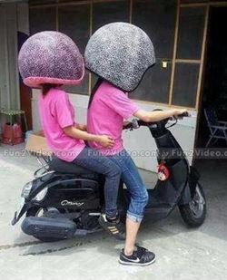 Sobat Pulsk, demi keamanan berkendara lebih baik helm pakai yang ukuran XLLL agar kalau jatuh serasa jatuh di atas bantal dan kasur.