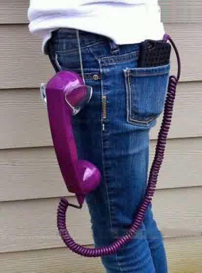 Sobat Pulsk, keren ya HP dengan gagang telepon umum, pasti orang ini pekerjaannya teknisi telepon umum ya.