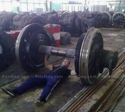 Sobat Pulsk, keren ya aksi orang ini angkat besi dengan menggunakan roda kereta api.