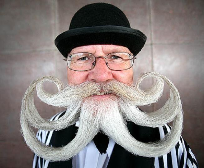 Sobat Pulsk, keren ya model jenggot dan kumis orang ini, cocok jadi masinis kereta api.