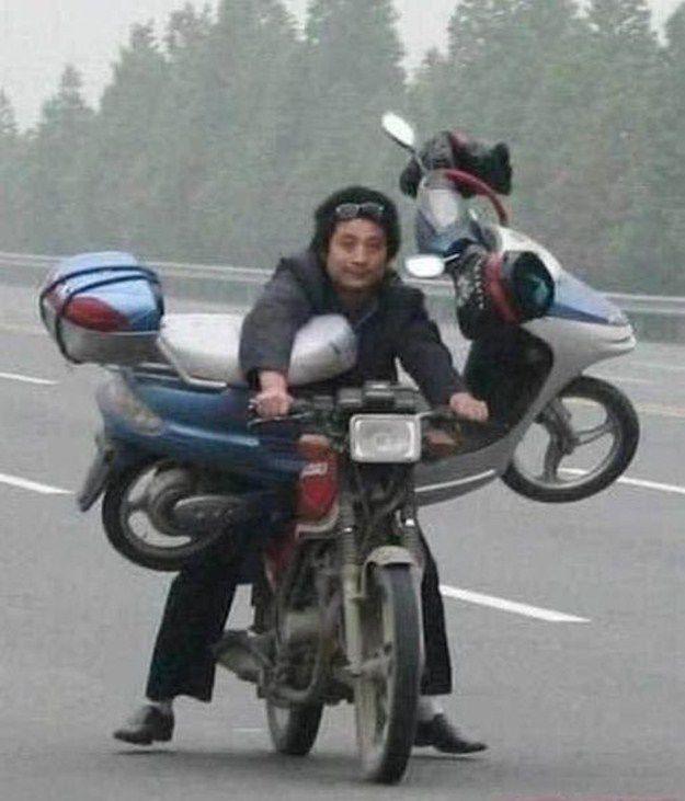 Sobat Pulsk, wah nekat benar orang ini kok sampai bisa sepeda motor di bawa dengan sepeda motor.