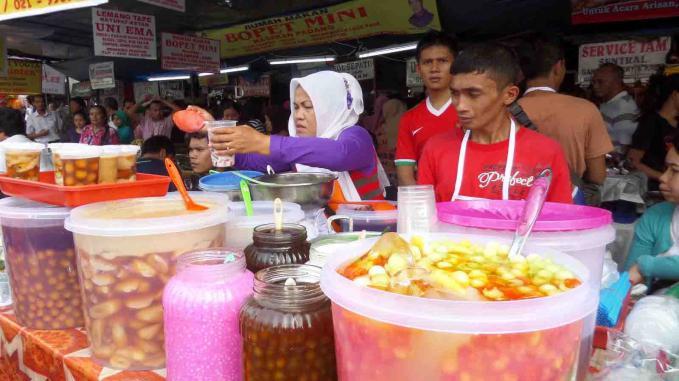 Suasana Pasar Benhil, Jakarta Pusat, dipenuhi para pedagang yang menjual beraneka macam takjil dan kuliner. [suara.com/Dinda Rachmawati] -