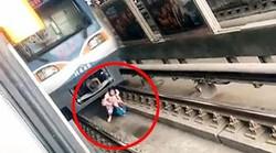 wow!!! heboh!! Jatuh di Depan Kereta yang Melaju, Ibu Hamil Selamat