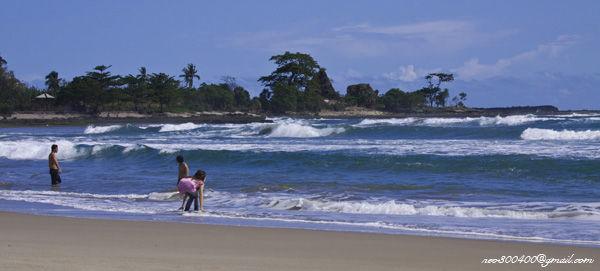 Pantai Sawarna terkenal karena keindahannya yang belum tersentuh. Kamu-kamu yang membutuhkan penginapan di pantai sawarna cek http://www.sawarnavillaindah.com/