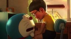 DREAMERSRADIO.COM - Usai beberapa bulan lalu merilis trailer pedana, film perpisahan Doraemon dan Nobita yang bertajuk Stand By Me baru baru ini kembali merilis dua trailer terbaru yang menampilkan adegan - adegan yang lebih dramatis dan mengharukan. Dilansir dari laman animenewsnetwork, dalam trailer film animasi ini terlihat beberapa adegan yang pernah hadir di serial televisinya, mulai dari perkelahian antara Giant dan Nobita, berpergian melalui pintu kemana saja, mengunjungi masa depan dengan mesin waktu hingga menggunakan baling baling bambu. Film penutup dari kisah Doraemon dan Nobita ini pun juga menghadirkan kisah cinta antar Nobita dan Shizuka. Nobita merasa tak pantas menikahi Shizuka, baginya Shizuka akan menderita jika menikah dengan dirinya, Jika Shizuka menjadi istri seorang pria buruk seperti ku, dia akan menderita seumur hidupnya ...! ujar Nobita. Dalam satu adegan terlihat pula sosok Doraemon yang memberikan pesan mengaharukan untuk Nobita, Aku tidak bisa berada di sini lagi ungkap Doraemon, Kamu akan baik baik saja, bahkan tanpa aku lanjutnya. Film yang diadaptasi dari kisah manga populer ini mengisahkan Doraemon yang akan meninggalkan Nobita dan bagaimana Nobita bisa menangani segala hal tanpa adanya Doraemon. Stand by Me merupakan rangkaian cerita dari bagian manga karangan Fujimoto Hirosi dan Abiko Motoo yang dibuat mulai tahun 1969. Disutradarai oleh Takashi Yamazaki (Returner, Sunset on Third Street, Ballad, Space Battleship Yamato) dan Ryuchi Yagi (Moyashimon 3D) rencananya film animasi yang tayang dalam bentuk 3D CG ini segera rilis di Jepang pada 8 Agustus 2014 mendatang.