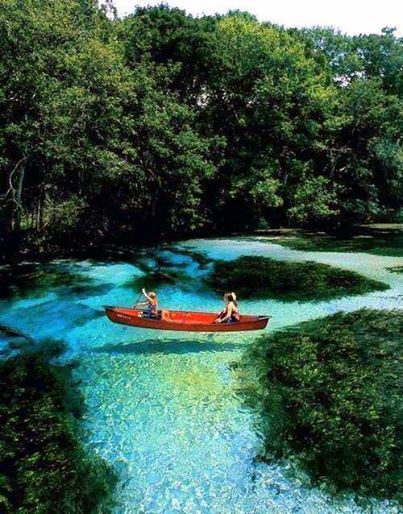 Di Slovenia... Perahu terlihat seperti mengambang di udara karenya airnya yang sangat jernih.