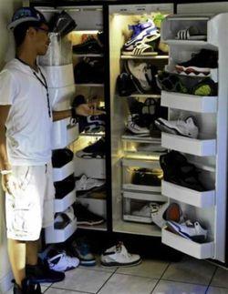 Pria ini nyimpen sepatunya dalam lemari es, mungkin suapaya nggak lembek kali ya