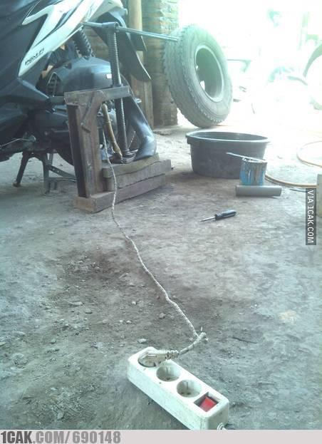 Tukan tambal punya inovasi, pake strika...genius.