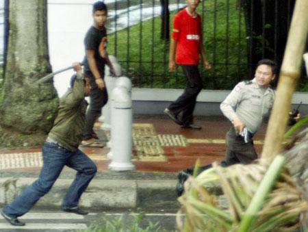 Kombes Polisi Lari Terbirit-birit Diamuk Pedagang Daging