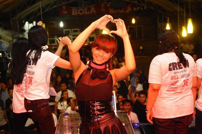 DJ Melly Shu (RMusic Rec) Cantik dan Sexy , Sepintas mirip dengan DJ Yasmin. Pensi SMUN 29 Jakarta