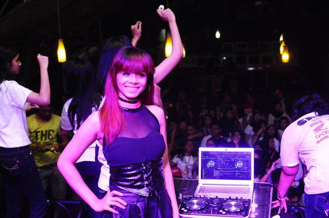DJ Melly Shu (Rmusic) Follow @DJMellyshu @Rmusicdj Cantik,Sexy,Lucu dan mirip juga spt DJ Una Putri Thamrin ;)