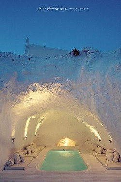 Sobat Pulsk, keren ya tempat lesehan yang ada di bawah bukit es ini, pasti suhunya sangat dingin ya.
