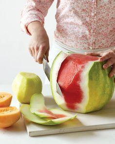 Sobat Pulsk, kalau ingin mengupas melon, semangka, blewah dengan cepat, maka kupas semua kulitnya terlebih dahulu, jika semua kulitnya telah terkelupas baru daging buahnya kita potong sesuai selera, selamat mencoba semoga bermanfaat.