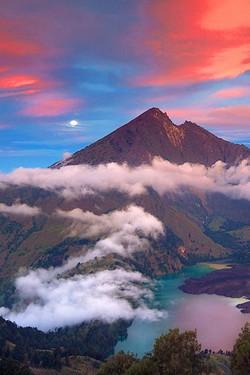 wah gunung rinjani di Lombok keren banget! wajib dikunjungi buat sobat pulsk yang hobby travelling