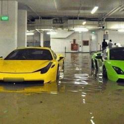 banjir...banjir, mobilnya juga kerendem :v