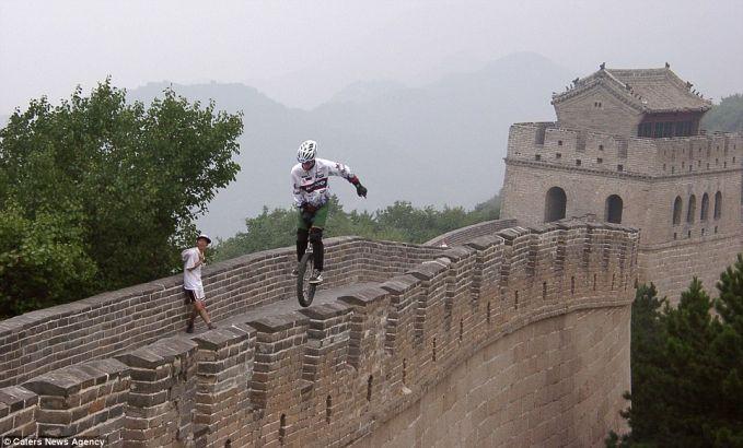 Kris Holm, petualang asal Kanada ini memuaskan hasrat dan mimpinya hanya dengan Uncycle alias sepeda roda satu. Hebatnya lagi, Holm sering melakukan aksi ekstrim di tempat-tempat yang ia kunjungi. Ia telah melintasi tembok Cina, gurun di Cina,