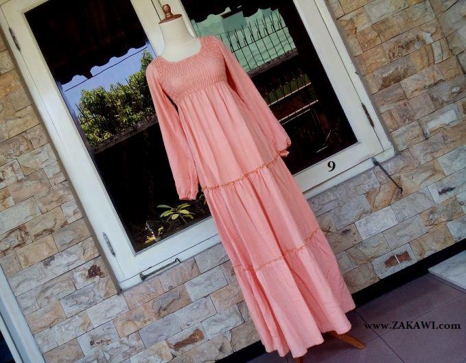 Long dress warna merah pucat ini memang diperuntukkan bagi anda yang suka dengan tampilan yang lebih feminin, atraktif dan tampil lebih elegan seperti seorang puteri cantik yang turun dari kayangan. Warna yang melekat pada fashion/ busana yang