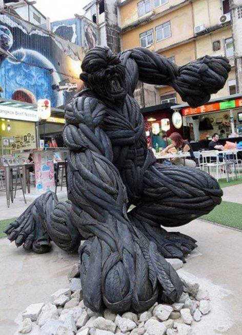Patung Monster Ini Terbuat Dari Ban Bekas!