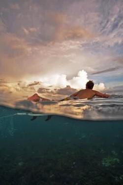 Jadi pengen bisa berenang seperti orang ini, indah banget pemandangannya !