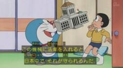 Begini Cara Doraemon dan Nobita Kritik Pemerintah Jepang by Ilham Choirul October 21, 2014 713 views doaremon Protes terhadap negara ternyata juga dilakukan oleh karakter Doraemon dan Nobita dalam film animasi. Dalam sebuah episode yang tayang akhir pekan lalu, diceritakan mereka berdua mengkritik parlemen Jepang yang disebut Diet akibat bibi dari Nobito harus menunda perjalanan setelah parlemen menaikkan pajak konsumsi Dikutip Yahoo Indonesia dari Liputan6, Doraemon lantas mengeluarkan alat yang bernama Diet Portabel atau parlemen mini. Kegunaannya untuk melegalkan sebuah RUU menjadi produk hukum yang diakui secara nasional. Caranya, tinggal memasukkan isi aturan ke dalam celah di bangunan parlemen mini dan aturan akan dikabulkan. Akhirnya Nobita tidak menyiakannya. Diet Portabel tersebut dimasukkan aturan untuk mempermudah biaya bibinya melakukan perjalan. Dasar Nobita suka iseng, dia juga membuat aturan agar anak-anak wajib diberi uang saku hingga 10 ribu yen atau setara Rp 1,1 juta. Nahasnya, dia membuat aturan agar Shizuka tidak dibebani tugas pekerjaan rumah sehingga Nobita bisa selalu main dengannya. Bukan Nobita kalau tidak keterlaluan menggunakan alat. Dia terlalu banyak memasukkan RUU sehingga mendapatkan protes dari alat Diet Portabel. Nobita, yang dianggap sebagai Perdana Menteri, tidak mendapatkan kepercayaan lagi dari parlemen. Akhirnya alat berteriak pemaksaan suara!, lalu muncul suara pembubaran!. Setelah itu parlemen membubarkan diri karena Perdana Menteri sudah tidak layak dipertahankan. Episode ini mendapat banyak tanggapan di akun Twitter. Beberapa user menilai tema yang diangkat kurang tepat bagi anak-anak. Ada juga yang beranggapan untuk tema ini ditujukan bagi Perdana Menteri Shinzo Abe yang sesekali memaksakan keinginannya tentang produk hukum kepada parlemen Jepang.