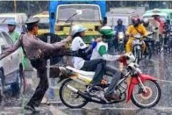 Polisi ini menendang pengendara ini karena kurang ajar dan tdak menaati tata tertib lalu lintas.