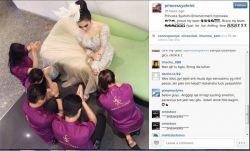 Waduh....Syahrini Pamer Disembah Karyawan, Sebuah foto mengejutkan muncul dalam akun Instagram milik Syahrini yang menggambarkan Syahrini tengah disembah beberapa karyawannya.
