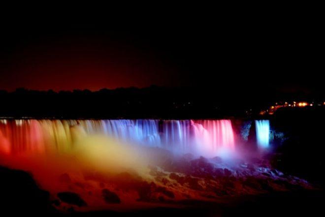 Keindahan Air Terjun Niagara Pada Malam Hari Saat Disemprot Laser Berwarna