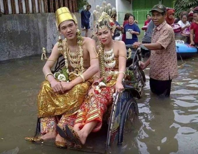 "Walaupun banjir tidak menyurutkan semangat untuk menikah , tiada mobil becak dan perahu karetpun berangkat masssss......joooos tenan. ""WOW"""