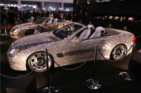Mobil ini dilapisi penuh dengan berlian. Tapi Sekali Menyentuh Mobil ini Anda mesti keluarin kocek $1000. Ada yang Berani Coba? #Dubai
