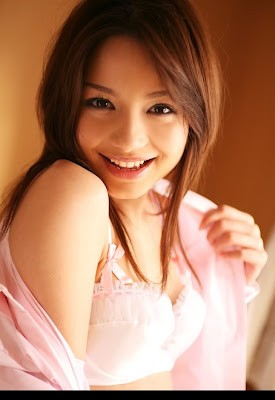 Tina Yuzuki merupakan artis porno Jepang tercantik ke-4 versi Mbah Google.