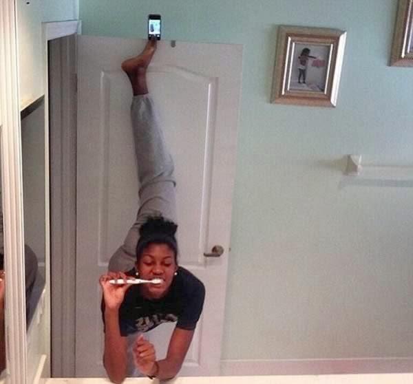Selfie sambil sikat gigi, dengan kaki diatas pintu :o