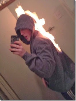 Mungkin ini niatnya membakar kenangan, tapi gagal. Akhirnya bakar diri aja deh sambil selfie nanti diupload, biar mantan liat #eaaa
