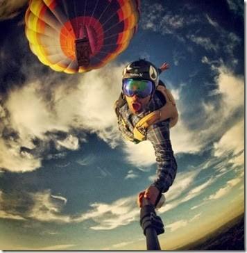 Keren nih selfie sambil skydiving.
