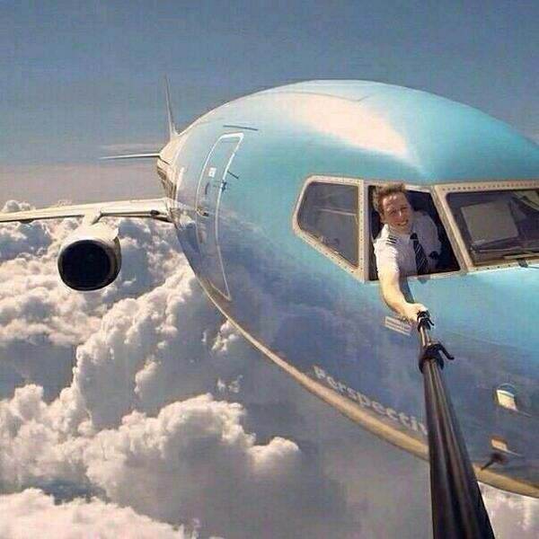 Pilot selfie nih pulsker, mungkin pesawatnya lagi auto-pilot mode.