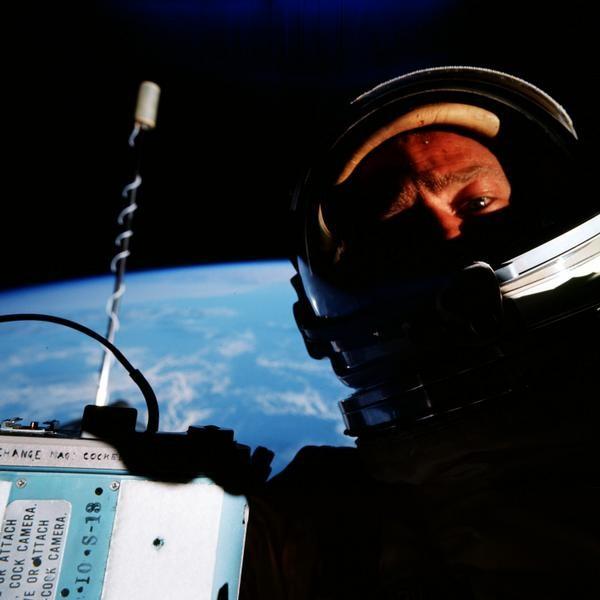 Astronout lagi selfie, mengabadikan moment diluar angkasa.