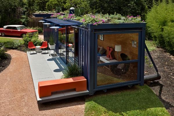 Another Container House nih Pulsker, kalo yang ini semacam guest house, karena cukup kecil untuk jadi rumah utama. Kreatif juga karena atapnya bisa jadi taman kecil ;)