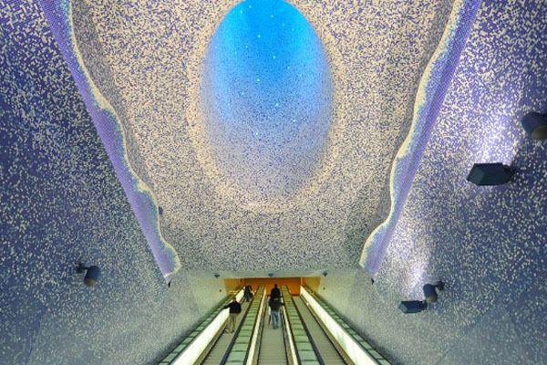Stasiun milik Italia ini didesain dengan tema cahaya dan air sehingga membuatnya terlihat keren. yang merupakan stasiun terdalam juga di Naples, Italia. Kayak di frozen yaaa :D