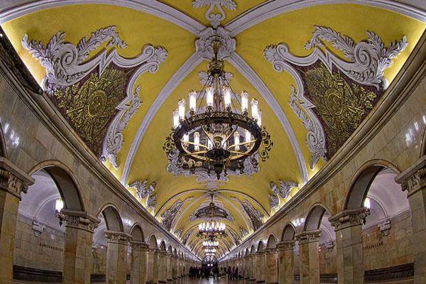 yang ini Stasiun Komsomolskaya di Moskow, Rusia. Kayak bukan stasiun, lebih mirip tempat pesta dansa yang di Cinderella yaa