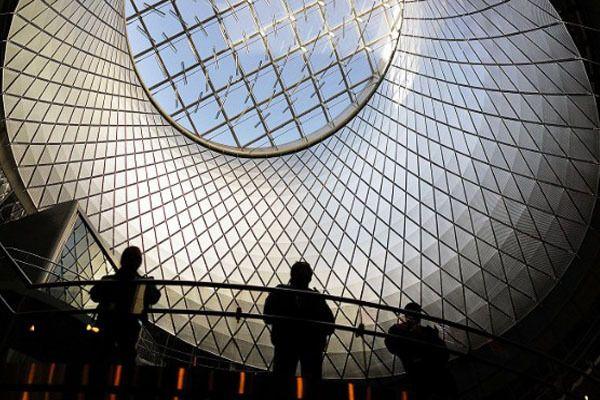 Stasiun yang berada di New York terlihat keren banget karena desain oculus yang ada di bagian atapnya. Desain oculus merupakan desain yang berbentuk seperti saluran kerucut besar yang menarik cahaya dari luar, seperti foto dibawah ini memeindonesiaer ;)