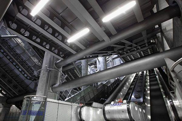 Salah satu stasiun di London yang bernuansa Beton dan stainless stell.