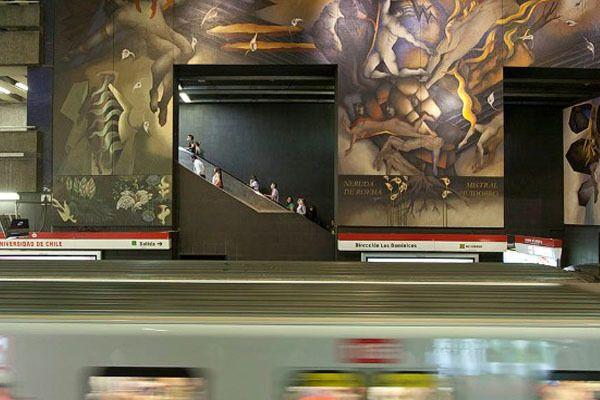 Stasiun Universidad de Chile yang temboknya memiliki karya seni mural raksasa. Mario Toral adalah seniman yang membuat karya seni mural di tembok stasiun ini. Gabungan antara akrilik dan minyak menghasilkan seni mural yang epik dan unik ;)