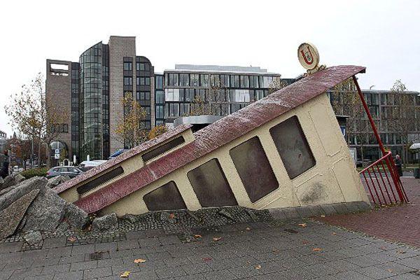 yang ini apa ya, memeindonesiaer? bentuknya kayak kereta yang keluar dari dalam tanah :D yap, ini adalah pintu masuk Stasiun Bockenheimer Warte yang terletak di pusat Kota Frankfurt, Jerman. Jadi kapan ya indonesia punya MRT? Semoga segera terwujud y